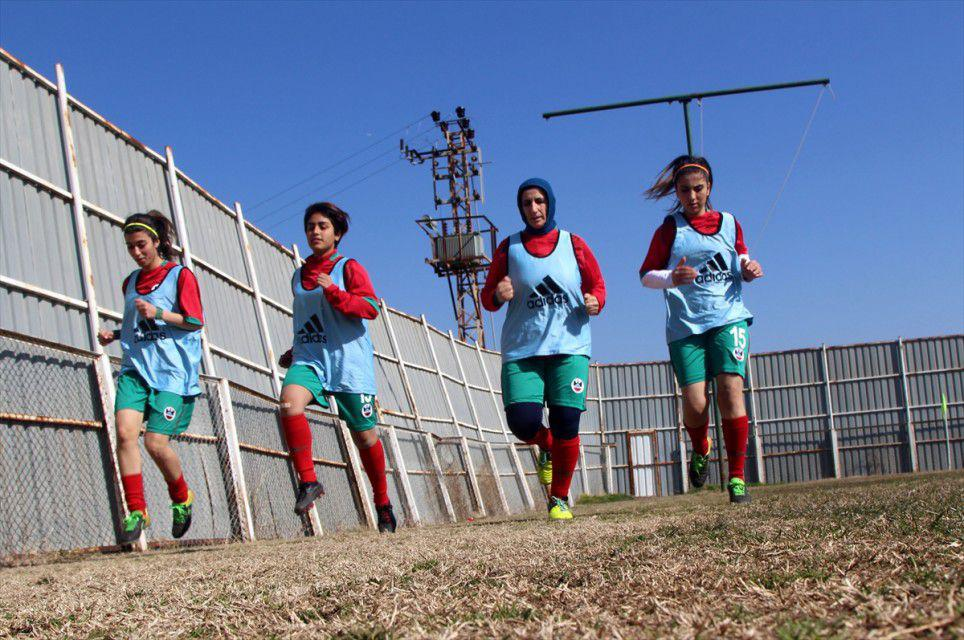 تركية في خريف عمرها تحقق حلمها بلعب كرة القدم