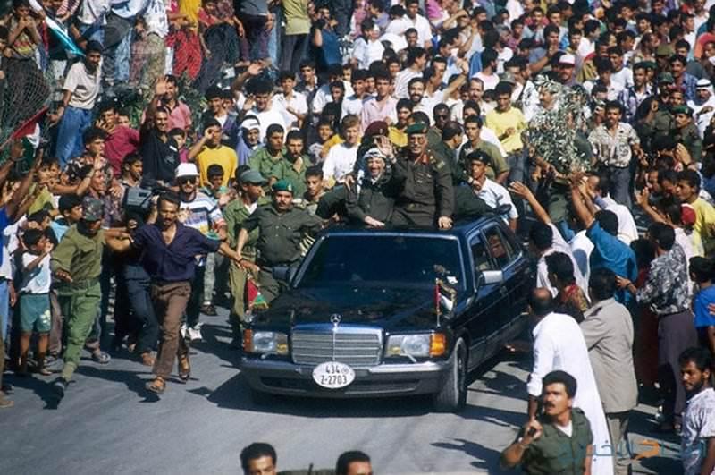 ياسر عرفات يعود إلى أرض الوطن بعد 27 سنة في المنفى.