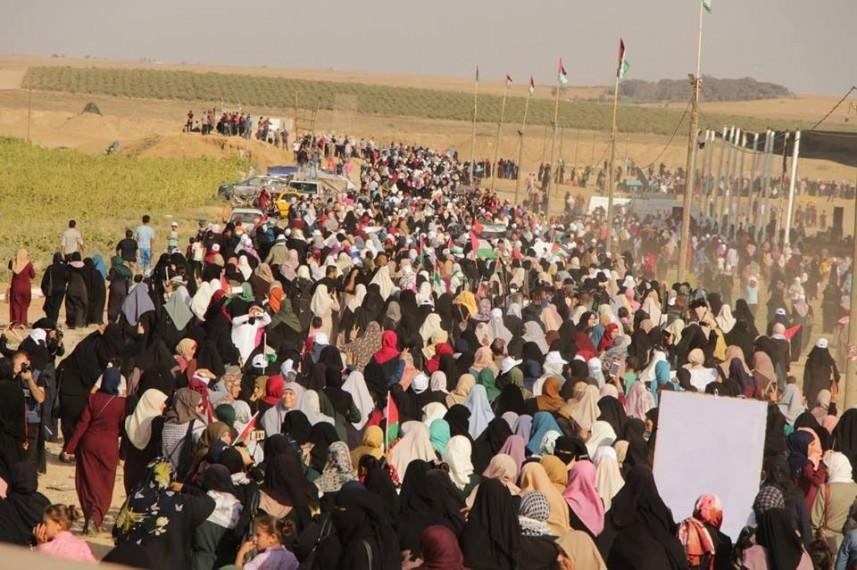 الآلاف من النساء يشاركن في مسيرة العودة وكسر الحصار شرق غزة