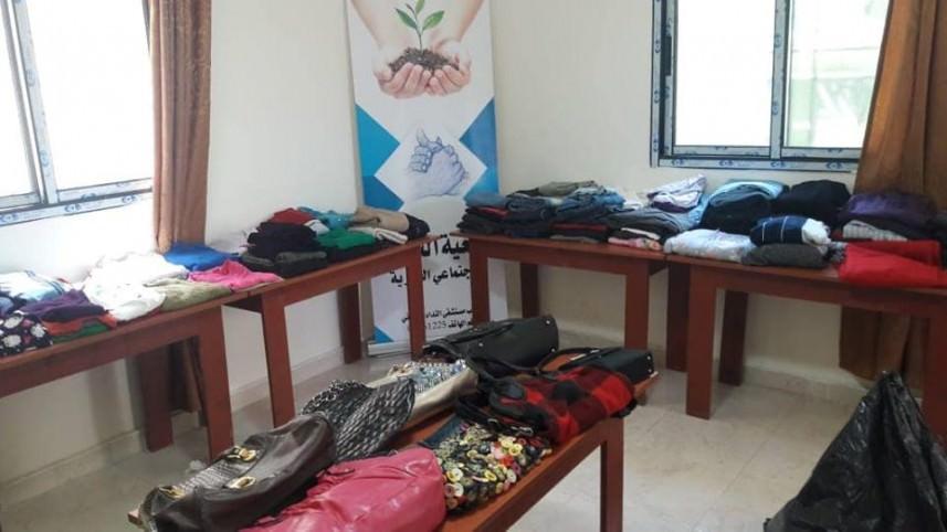 معرض للألبسة المستعملة المجانية في مخيم عين الحلوة