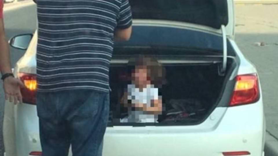 أب يضع ابنته داخل صندوق السيارة بسبب شقاوتها
