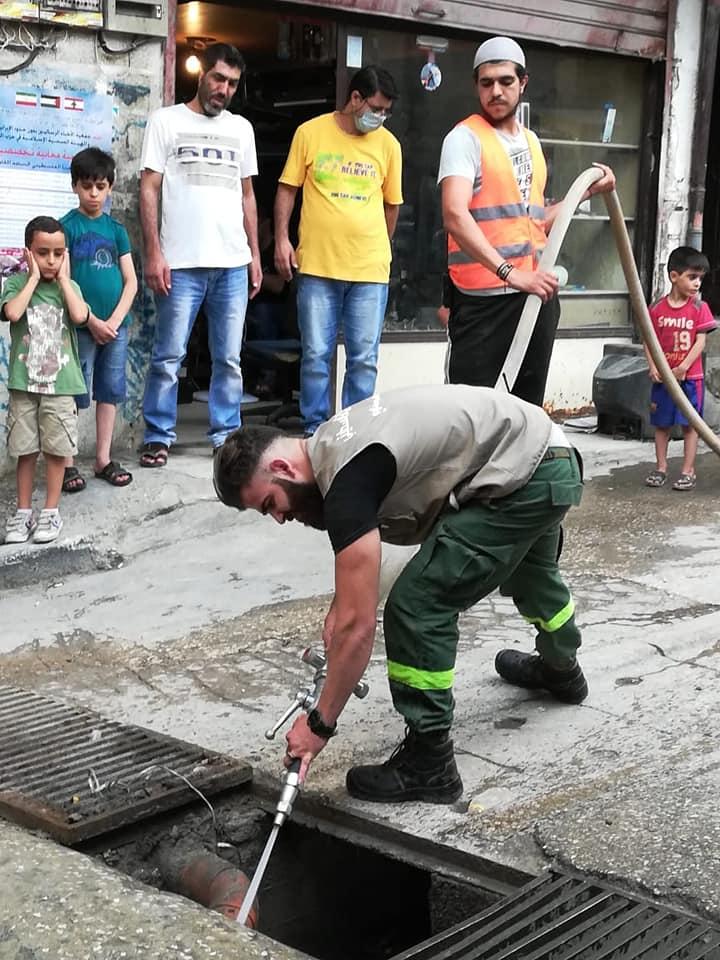 الدفاع المدني الفلسطيني في مخيم البداوي يساهم في فتح وتنظيف قساطل عبارتين