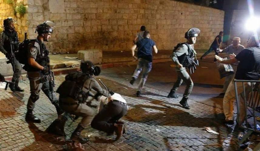 العدو يقمع المصلين في باب الأسباط ويعتقل 4 شبان من داخل الأقصى