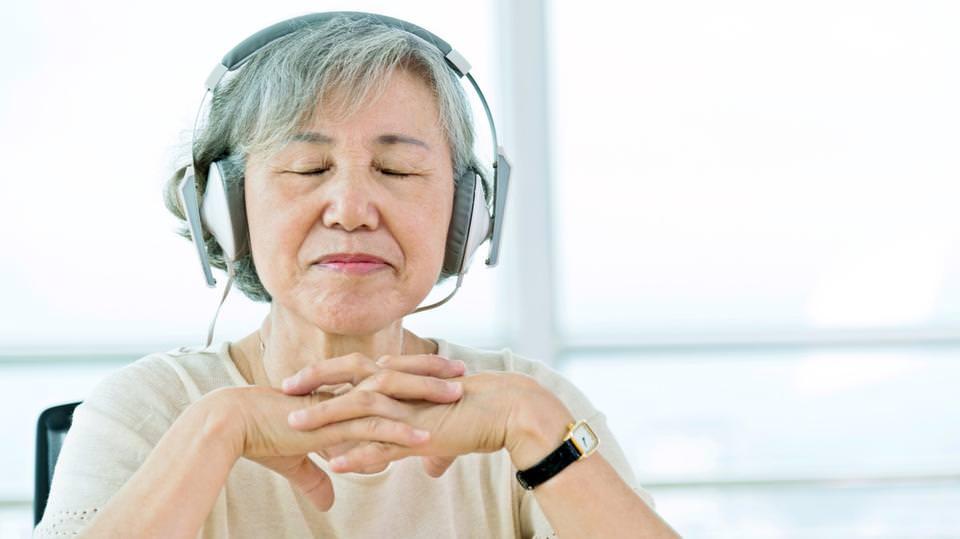 الموسيقى تحد من شعور مرضى الخرف بالاكتئاب والتوتر