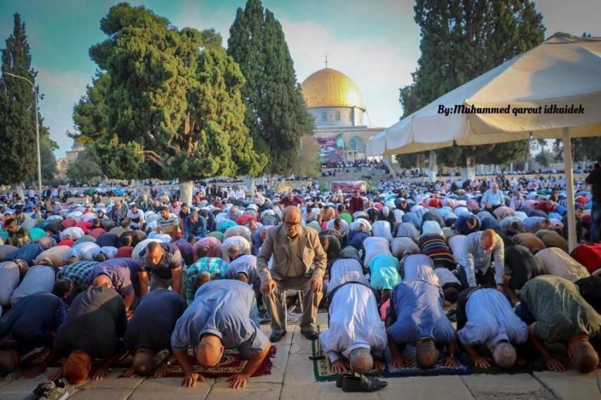 100 ألف مصلٍ يؤدون صلاة العيد في المسجد الأقصى