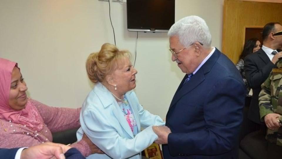 أبو مازن يمنح نادية لطفي في المستشفى وسام القدس