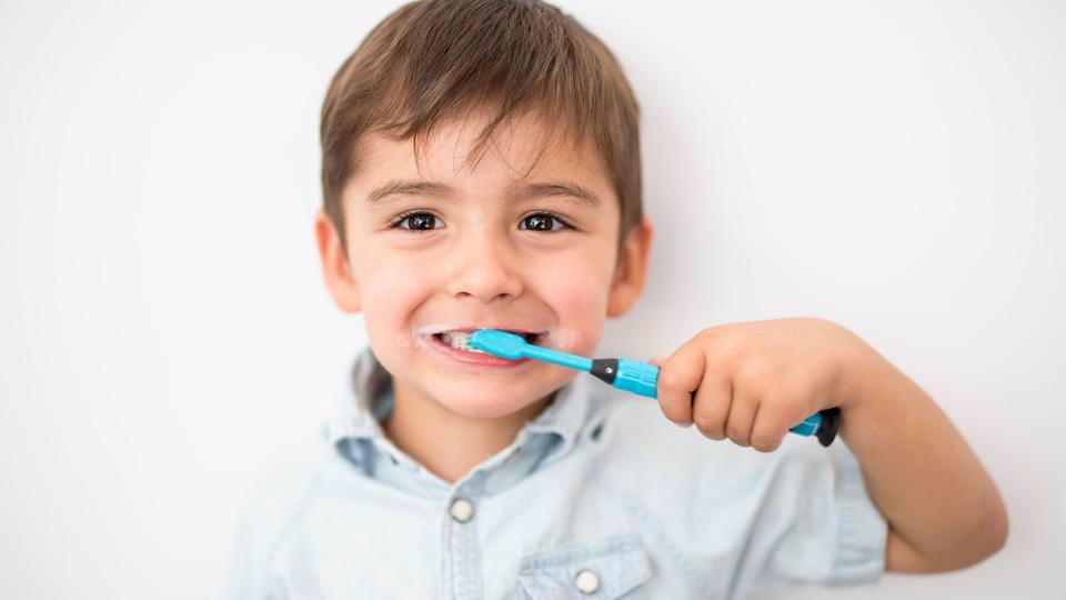 احذروا من إسراف أطفالكم في معجون الأسنان.. وهذا السبب!