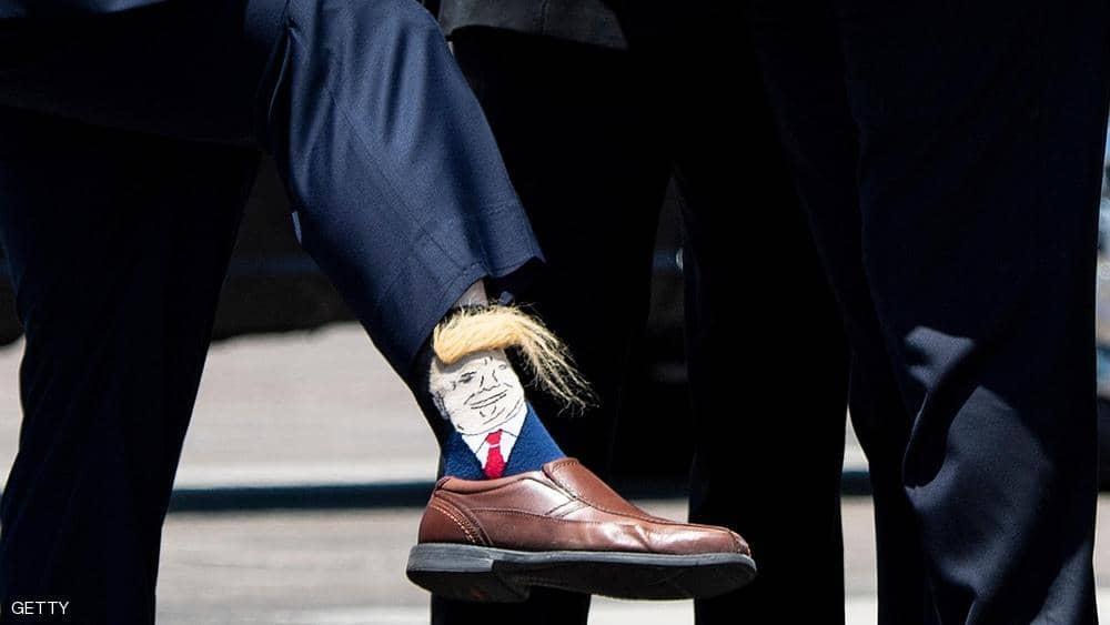 سياسي أميركي يفاجئ الرئيس بـجوارب ترامب