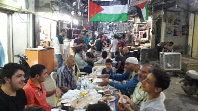 مجموعة من شباب مخيم البداوي يقيم إفطار جماعي في شارع السوق
