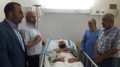 امين سر حركة فتح في الشمال يزور الشاب الفلسطيني الذي كان أول من تصدى للإرهاب في طرابلس
