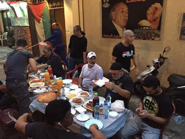 افطار رمضاني في شارع مسجد القدس في مخيم البداوي