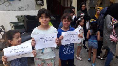 اعتصاما امام مكتب مدير مخيم البداوي احتجاجا على قرار الاونروا القاضي بدمج طلاب مدرسة البطوف