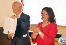 فخامة الرئيس محمود عباس يمنح شهادة تقدير للبروفيسور الألماني نورمان بيش