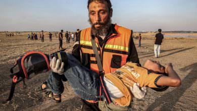 غزة.. إصابة 79 فلسطينياً بينهم مسعفان برصاص الإحتلال
