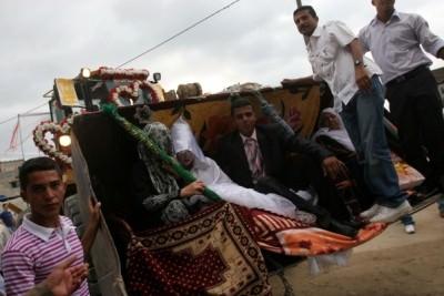 شاب يزف عروسه في جرافة بغزة..