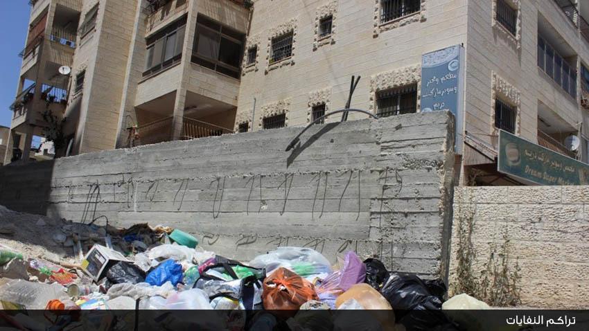 تراكم النفايات يدفع الأهالي لقطع طريق المدارس في مخيم البرج الشمالي