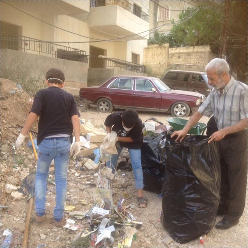 إزالة النفايات ورش للمبيدات وزراعة شجيرات في مخيم عين الحلوة