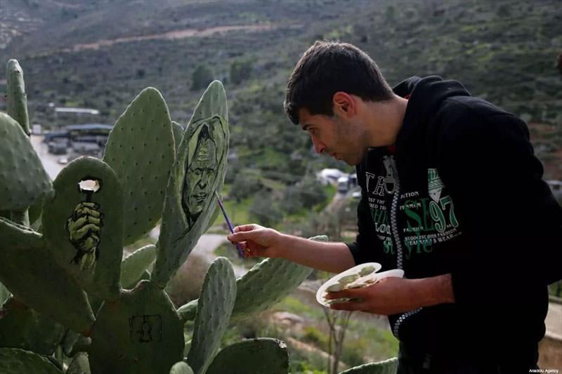 فنان فلسطيني يجسد معاناة بلده بالرسم على الصبار