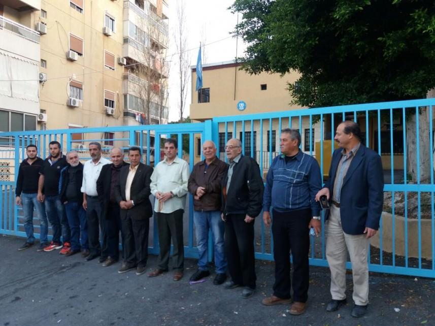 الفلسطينيون يغلقون مكاتب الأونروا في المخميات والمناطق اللبنانية رفضاً للتقليصات