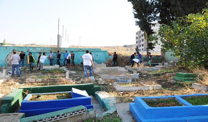 شباب مخيم البداوي ينظفون المقابر
