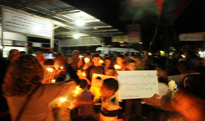 مسيرة شموع للفلسطينيين النازحين من سوريا في مخيم البداوي