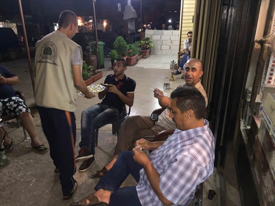رابطة بيت المقدس توزع الحلوة إحتفالا بانتصار خضر عدنان في مخيم البداوي