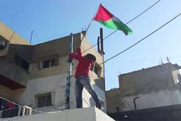 إنزال علم الاونروا من سطح مكتب مدير البداوي وإستبداله بعلم فلسطين