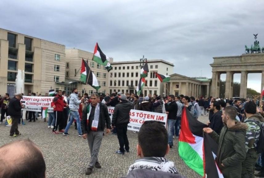 وقفة تضامنية أمام بوابة برلين التاريخية تضامناً مع أهالي اليرموك