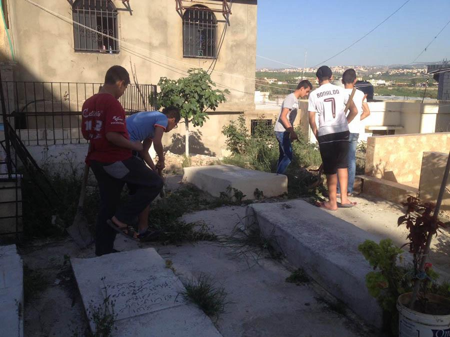 كشافة بيت المقدس تنظم حملة نظافة للمقبرة القديمة في الرشيدية