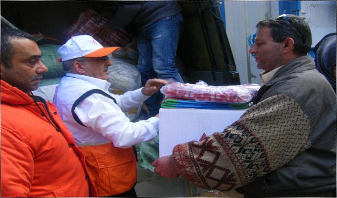 الهلال الاحمر الاماراتي يقدم مساعدات للنازحين في مخيم البداوي