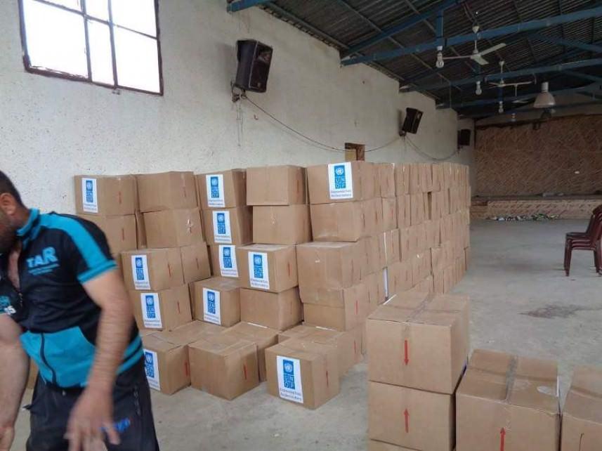 مساعدات غذائية للنازحين الفلسطينيين في مخيم الجليل