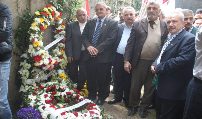حركة فتح تضع أكاليل الزهر على ضريح جنبلاط في ذكرى استشهاده