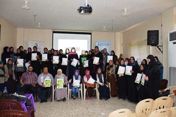 محاضرة تثقيفية للأمهات الفلسطينيات في مخيم البص