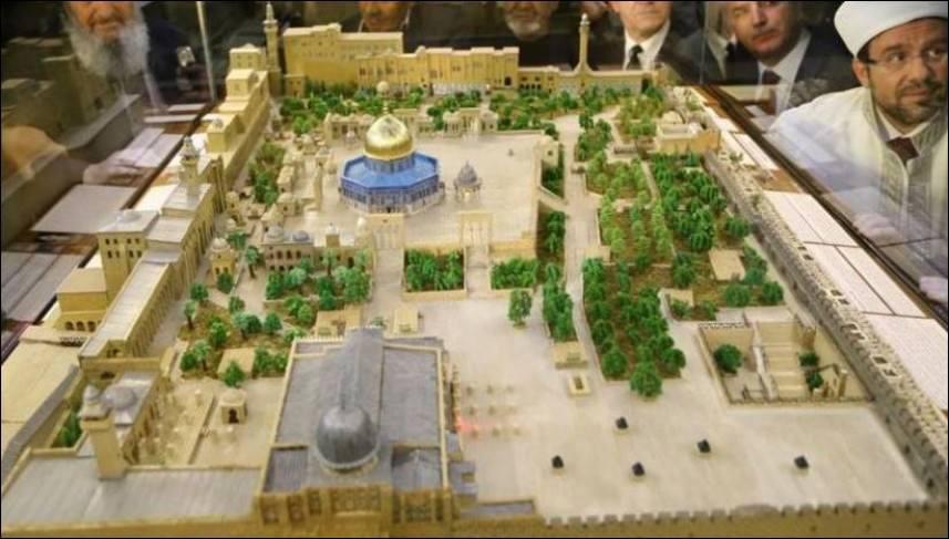 تركي يصنع مجسماً للمسجد الأقصى بتراب من القدس