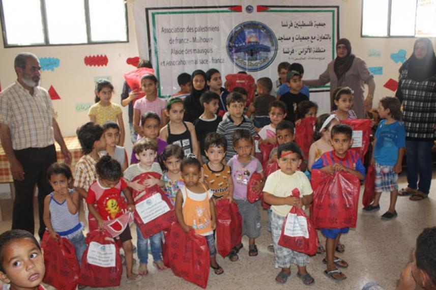 جمعية فلسطينيي فرنسا توزع ملابس صيفية للنازحين في عين الحلوة