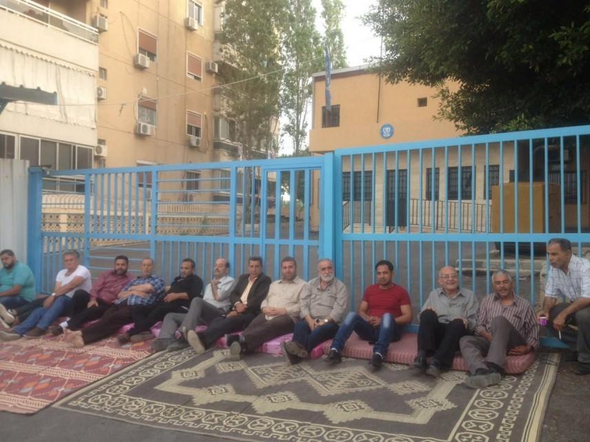 الفلسطينيون يغلقون مكاتب الأونروا في المخيمات  رفضاً للتقليصات