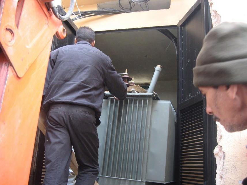 صيانة للكهرباء وتركيب ترنس في مخيم برج الشمالي