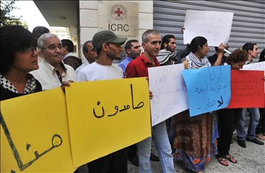 وقفة تضامنية مع الأسرى أمام مقر الصليب الأحمر في بيروت