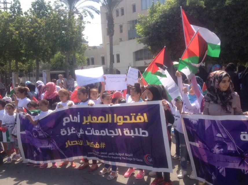 سلسلة بشرية في صيدا لرفع الحصار عن غزة