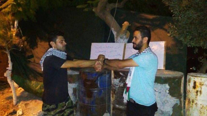 ناشطان فلسطينيان يضربان عن الطعام في المية ومية.. والسبب؟