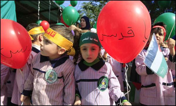 رياض عين الحلوة يطلقون بالونات بألوان العلم الفلسطيني تضامناً مع الأقصى