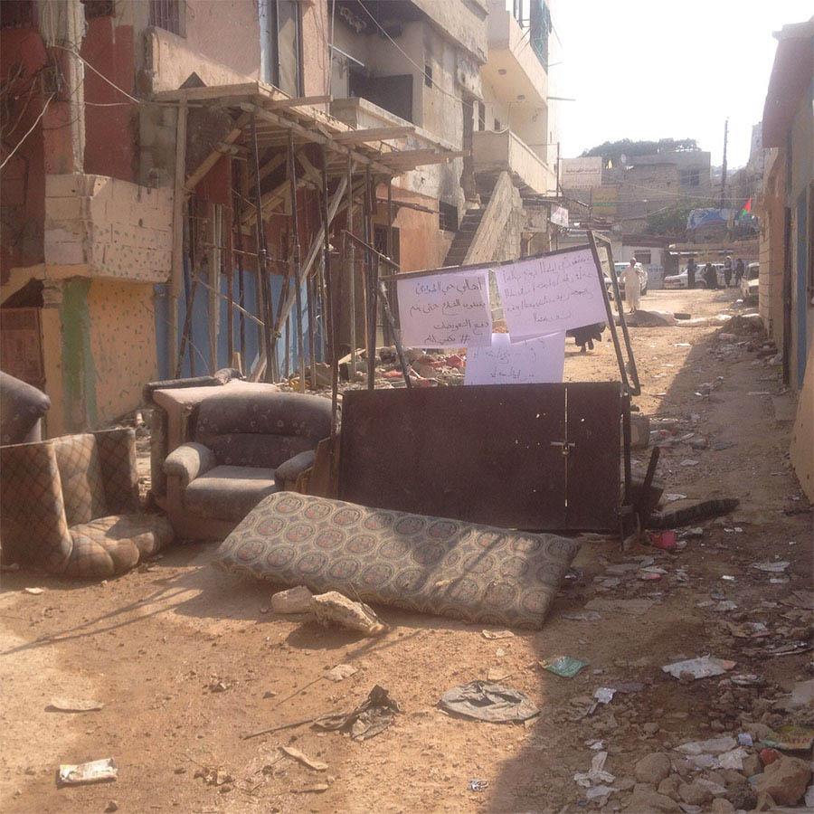 أهالي حي الطوارئ  يواصلون احتجاجهم على عدم دفع التعويضات في مخيم عين الحلوة