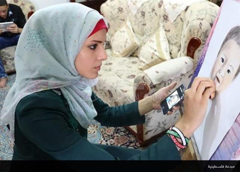 مبدعة فلسطينية تكرس موهبتها لقضيتها وترسم لوحاتها بالمكياج