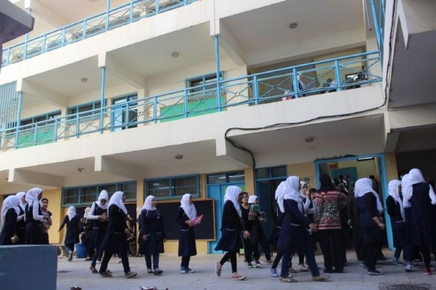 توزيع حقائب مدرسية للطالبات النازحات في مخيم عين الحلوة