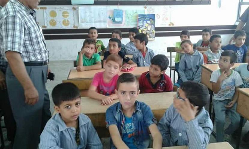 إعتصام طلابي أمام مكتب الأونروا في مخيم البداوي رفضاً لدمج الصفوف