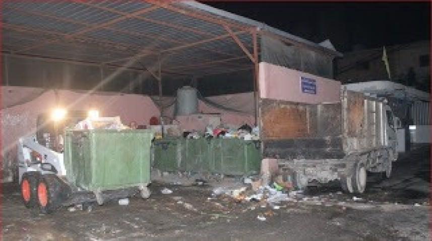 الأونروا تزيل النفايات من مكب مخيم البص