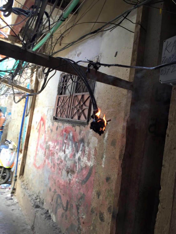 احتراق كابل كهرباء أمام المارة في مخيم برج البراجنة