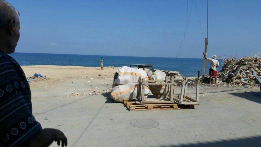 مخابرات الجيش اللبناني تزيل المقاهي البحرية في مخيم البارد
