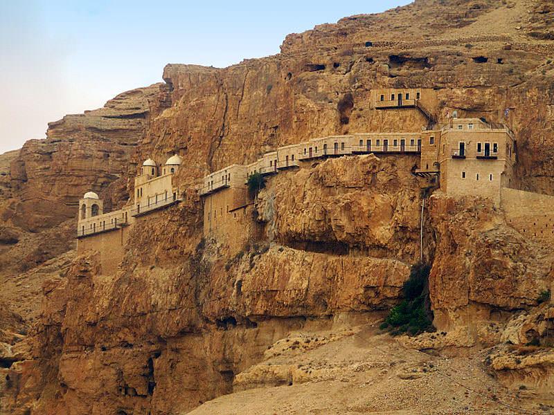دير قرنطل على المنحدرات المطلة على مدينة أريحا