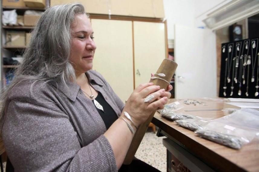 نادية أبو غطّاس .. تنتج مجوهرات فلسطينيّة من أوراق الزيتون